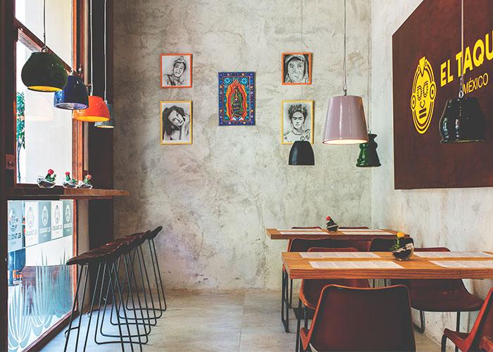 """Interior de """"El Taqueo"""", con su propio cartel retroiluminado"""