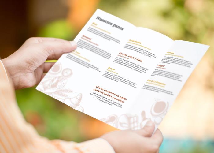 Diseño de tríptico para panadería, mujer sosteniendo el folleto
