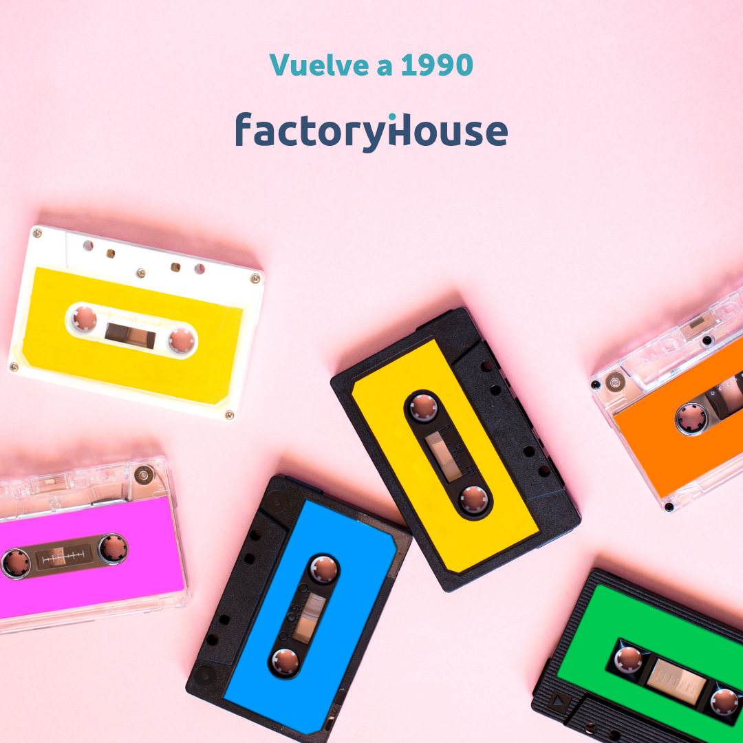 """Cintas de casette esparcidas con el texto """"Vuelve a 1990""""."""